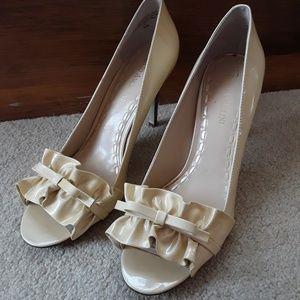 Enzo Angiolini cream/gold ruffle heels 8